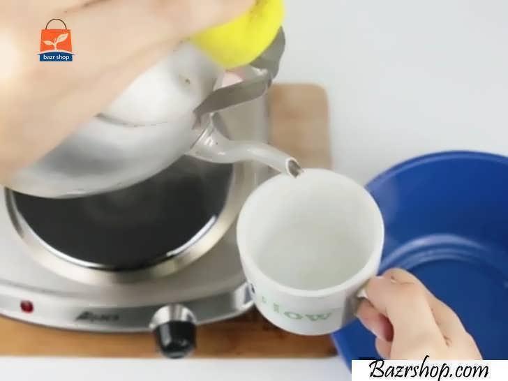 فنجان را با آب جوش بشویید