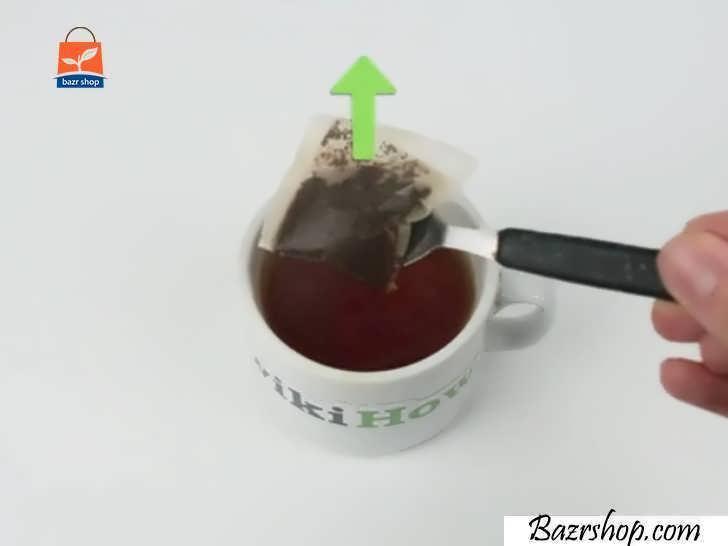 با استفاده از یک قاشق چای خوری کیسه چای را جدا کنید